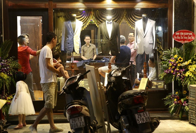 Một hiệu may sang trọng đang đón các vị khách nước ngoài trên phố Gia Ngư.