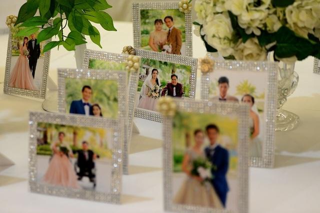 Trong lễ cưới tập thể, mỗi cặp đôi được Ban tổ chức tặng một cặp nhẫn, trang phục cưới, trang điểm, chụp hình cưới, bàn tiệc...