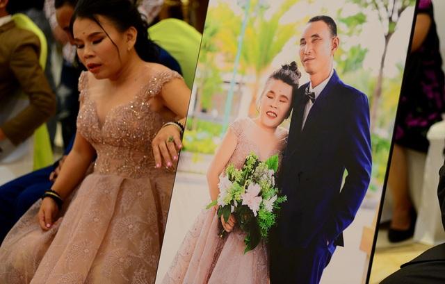 Không thấy đường nên cô dâu luôn phải dùng tay để canh chừng tấm hình cưới như sợ mất đi thứ quý giá.