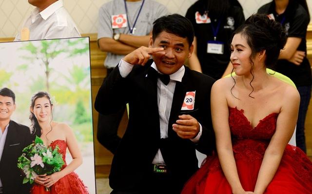 Chị Nguyễn Thị Mới, 36 tuổi bị cụt chân do lao động từ bé. Chị ân cần nhìn người chồng đang dùng ký hiệu giao tiếp với cặp đôi đối diện.