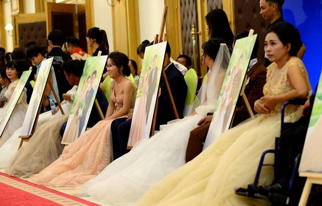 40 cặp đôi người khuyết tật đến từ các tỉnh miền Tây được tổ chức lễ cưới tập thể tại Sài Gòn.