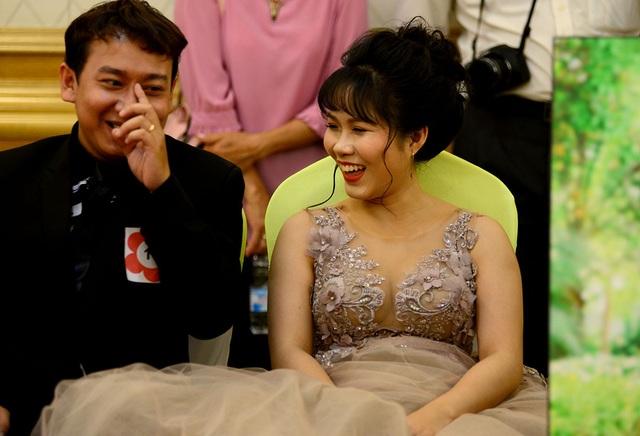 Các cặp đôi đều xúc động, hạnh phúc khi đây là lần đầu tiên họ được khoác lên người bộ vét, áo cưới cô dâu.