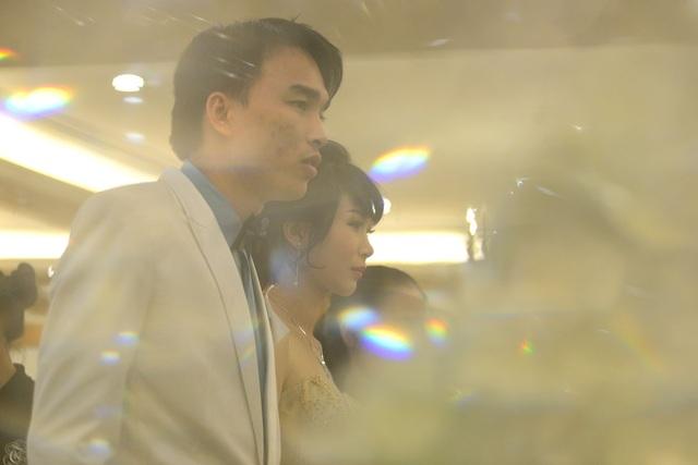 Các cặp đôi cùng dắt tay nhau tiến vào lễ đường.