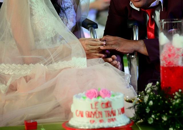 Mỗi cặp đôi được tặng cặp nhẫn cưới.