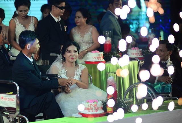 Cô dâu chú rể rạng rỡ trong ngày lễ trọng đại của cuộc đời.