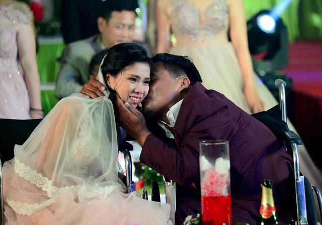 Nụ hôn của người chồng dành cho người bạn đời.
