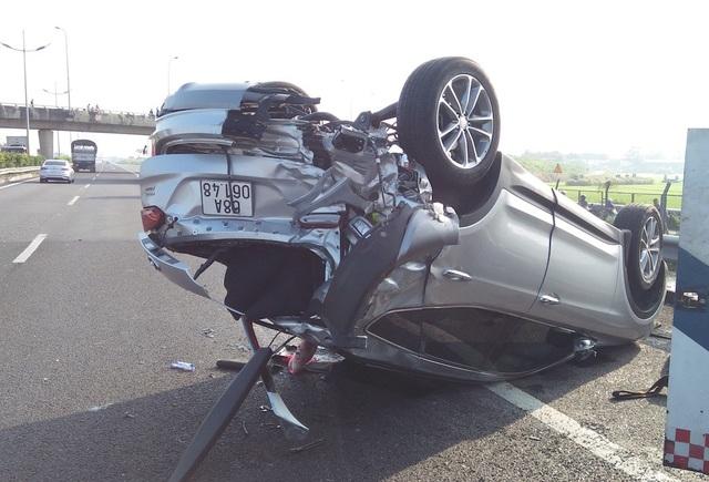 Chiếc ô tô lật ngửa khiến 3 người kẹt bên trong