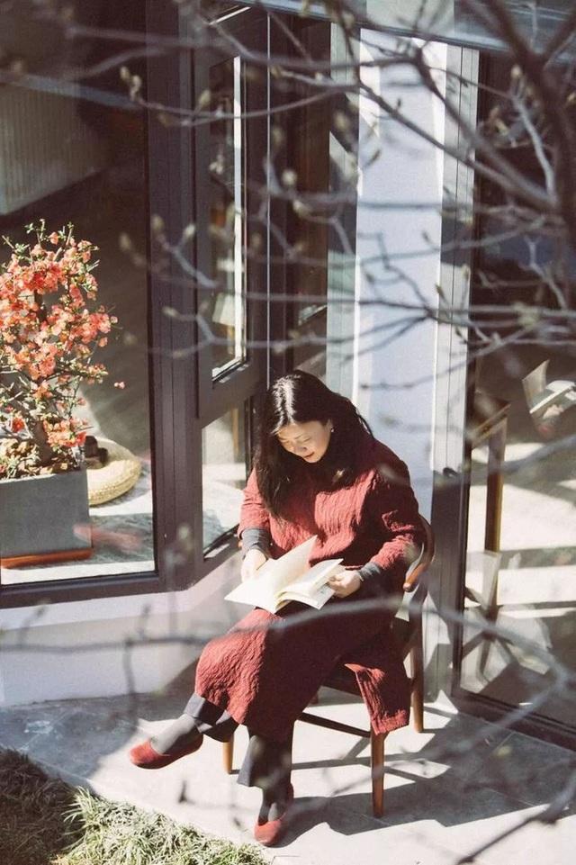 Cô nàng khéo léo sắp đặt những tiểu cảnh cho khu vườn nhỏ của mình bằng các vật liệu được lấy tại địa phương như: bàn ghế, lọ gốm,…