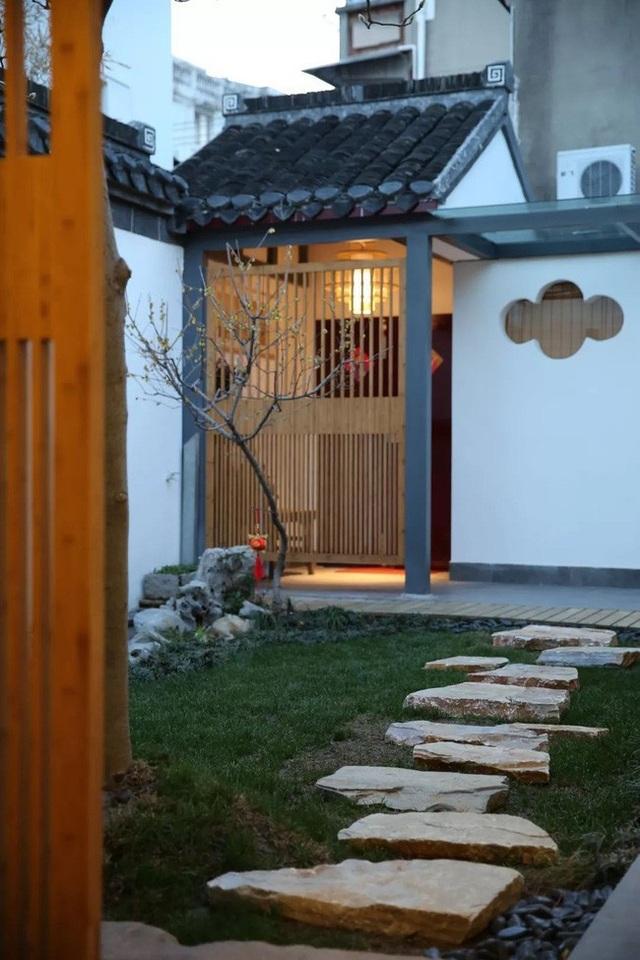 """Trải dài từ cổng đến cửa chính là một """"thảm đá"""" đặt trên nền của cỏ xanh, tạo cảm giác như đang bước vào một không gian thơ mộng, yên tĩnh."""