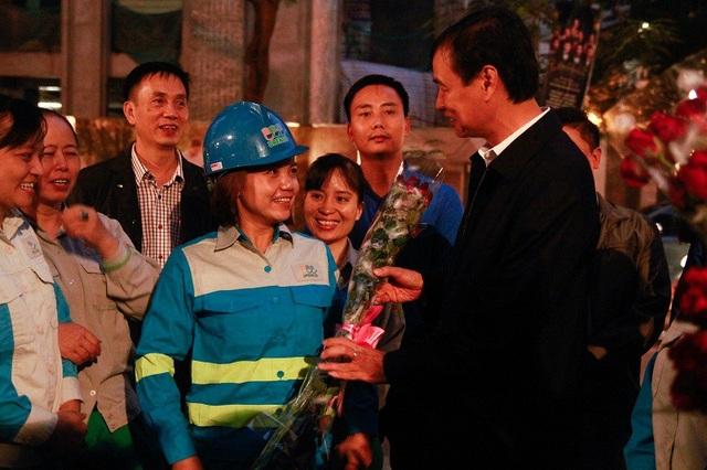 Phó Bí thư Thành ủy Hà Nội - Đào Đức Toàn tặng hoa trò chuyện, hỏi thăm đời sống chị em công nhân môi trường