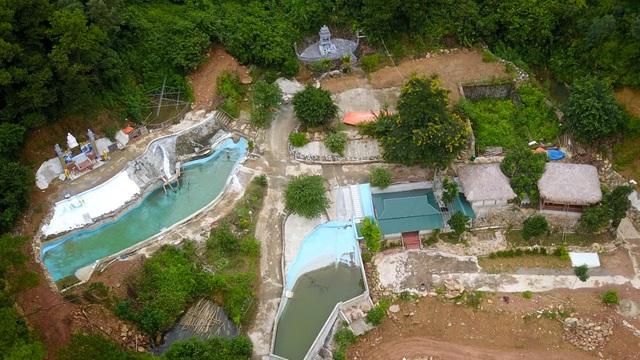 Khu sinh thái Thiên Phú Lâm có khuôn viên rộng hoảng 3 ha với nhiều nhà xây kiên cố, bể bơi, ao...