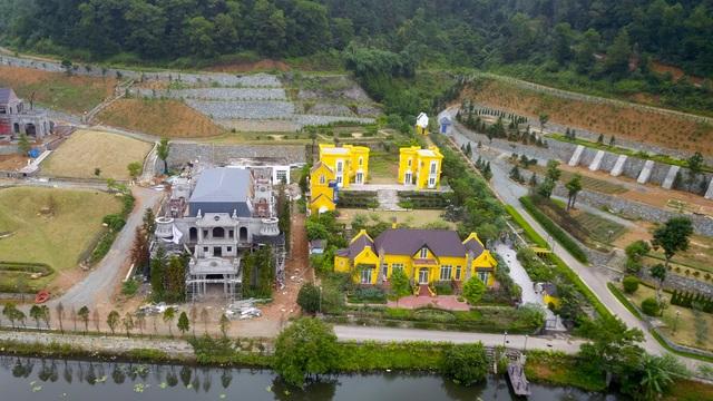 Công trình xây dựng sai phạm trên đất rừng phòng hộ đáng chú ý của xã Minh Trí phải kể đến Hoàng Lê Gia Garden. Một người dân sống gần đây cho biết, khu vực này đã được xây dựng từ lâu, đến nay nhiều hạng mục còn xây dở dang.