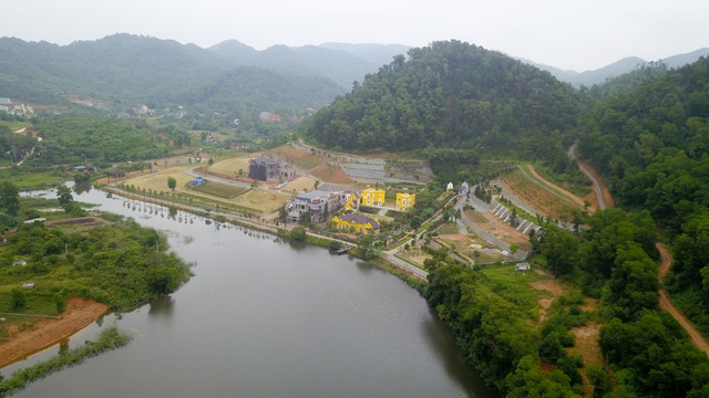 Theo thống kê của cơ quan chức năng, tại khu vực rừng phòng hộ, đặc dụng ở Sóc Sơn có tới hơn 650 hộ xây dựng với diện tích lên đến 11 ha. Các công trình chủ yếu là biệt thự, villa, nhà hàng, khu nghỉ dưỡng….