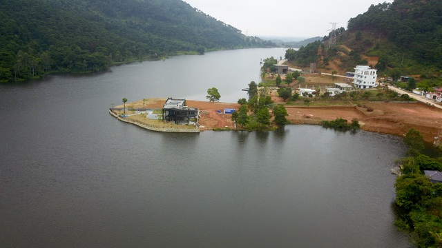 Một phần diện tích mặt hồ Đồng Đò bị san lấp để lấy mặt bằng xây dựng.