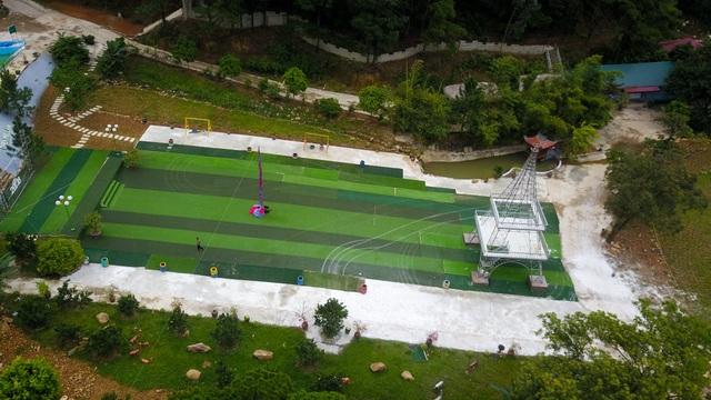 Khu vui chơi rộng thoáng được trải thảm cỏ nhân tạo và tiểu cảnh tháp Eiffel khung sắt kiên cố trong khuôn viên.