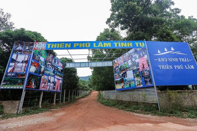 Tại khu vực thôn Lâm Trường, xã Minh Phú (Sóc Sơn, Hà Nội) xuất hiện biển quảng cáo của các khu nghỉ dưỡng khu sinh thái.