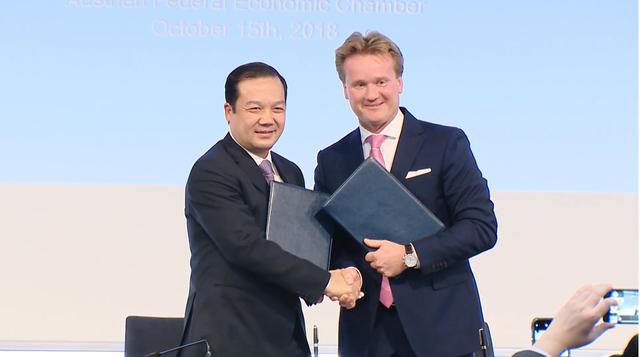 Tổng Giám đốc Tập đoàn Phạm Đức Long (bên trái) và Chủ tịch công ty Rosendahl Nextrom GmbH Georg KNILL tại lễ ký kết thỏa thuận hợp tác.