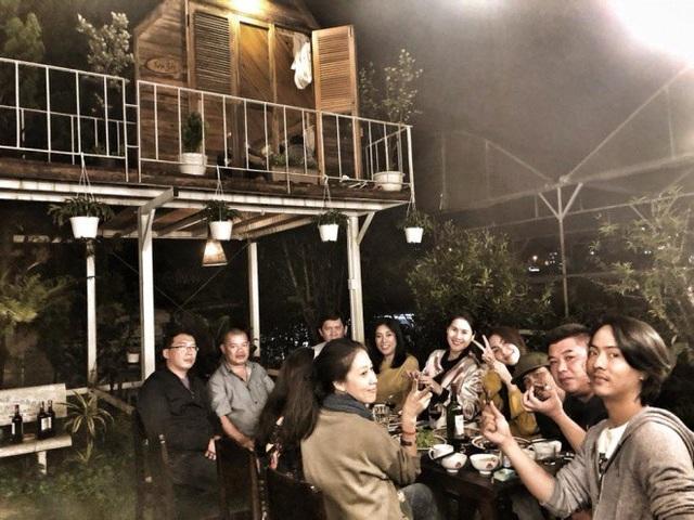 Khoảnh khắc thảnh thơi của Hà Tăng bên những người bạn tại thành phố mộng mơ.