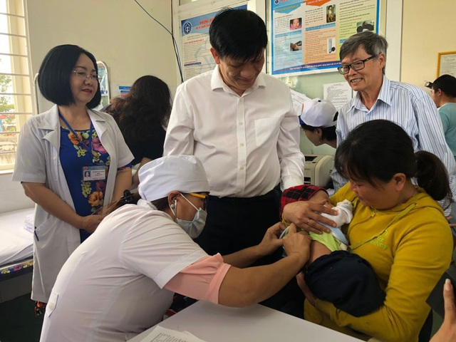 Thứ trưởng Bộ Y tế Nguyễn Thanh Long giám sát tiêm phòng vắc xin tại tỉnh Đắc Lắc. Ảnh: H.Hải