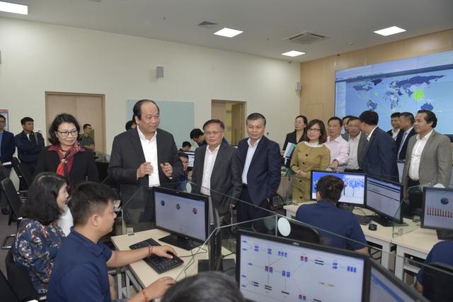 Tổ công tác cùng lãnh đạo Bảo hiểm xã hội Việt Nam thăm trung tâm CNTT của ngành