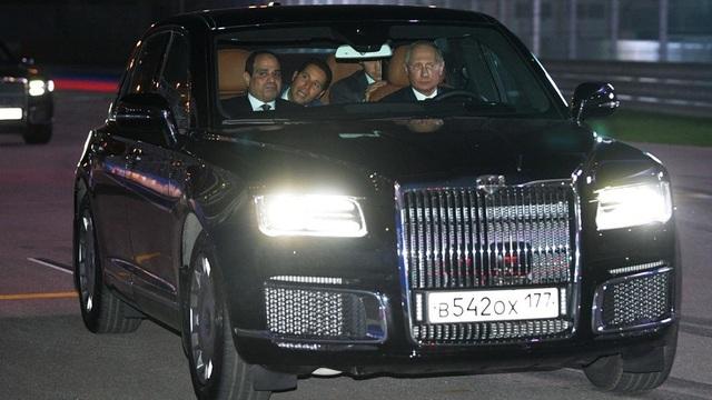 Ông Putin lái xe chở ông Sisi tham quan đường đua Công thức 1 ở Sochi (Ảnh: Sputnik)