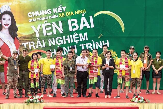 Ban tổ chức giải trình diễn xe địa hình Yên Bái - Trải nghiệm hành trình di sản trao giải cho các vận động viên