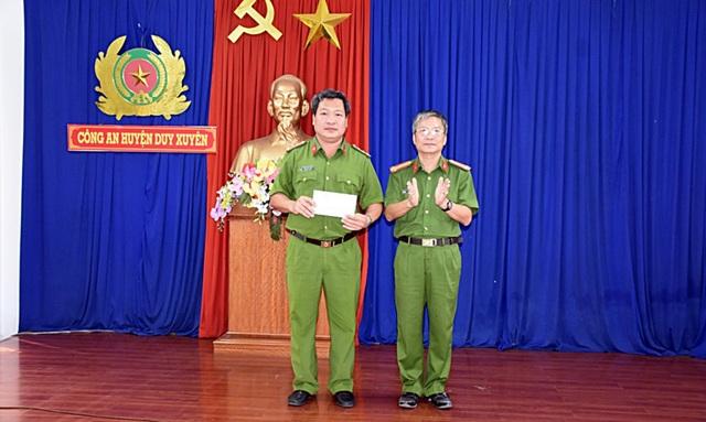 Đại tá Nguyễn Đức Dũng (ảnh phải), Phó Giám đốc Công an tỉnh thưởng nóng cho tập thể cán bộ chiến sĩ Công an huyện Duy Xuyên