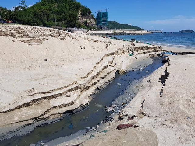 Quanh khu vực cống xả không hề thấy du khách tắm biển vì một lượng nước hôi thối đổ ra Vịnh Nha Trang