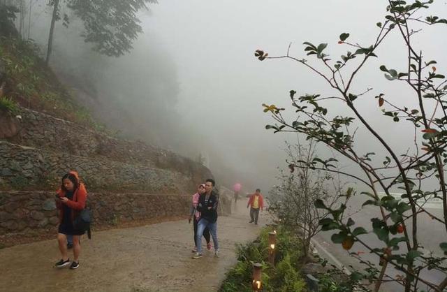 Du khách khám phá các điểm du lịch cộng đồng tại huyện Bá Thước.