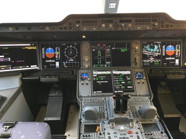 Khu vực buồng lái của máy bay A350-900 ULR. (Ảnh: BI)