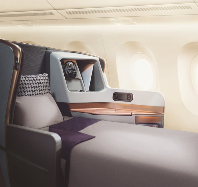 Phần ghế có thể đẩy ra phía trước và biến thành gường dài gần 2m. (Ảnh: BI)