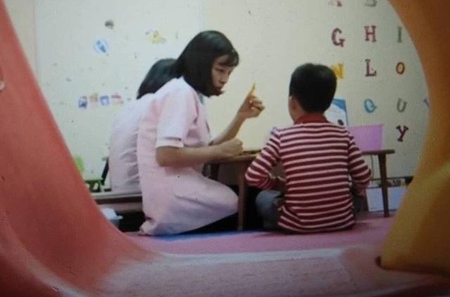 Một trẻ em đang được tư vấn ngôn ngữ tại Trung tâm Nghiên cứu và Ứng dụng Khoa học Tâm lý Giáo dục. (Ảnh: VTV)