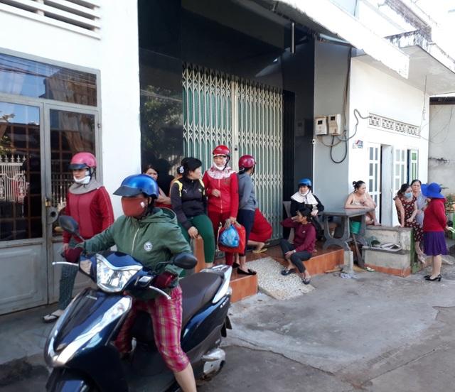 Hàng chục người dân tập trung trước cửa nhà bà H. để đòi nợ