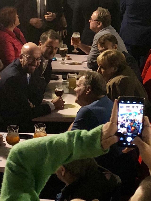 Các nhà lãnh đạo châu Âu uống bia cùng nhau sau giờ họp. (Ảnh: RT)