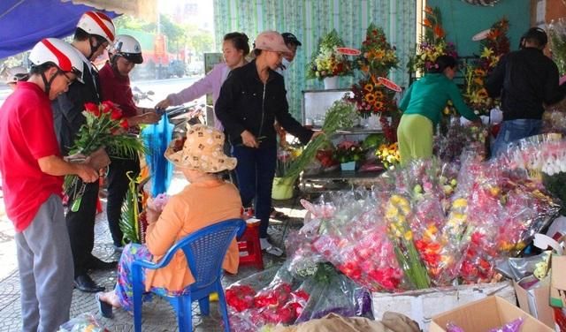 Dù thời tiết thất thường, các hàng hoa ở Đà Nẵng luôn nhộn nhịp dịp kỷ niệm Ngày Phụ nữ Việt Nam