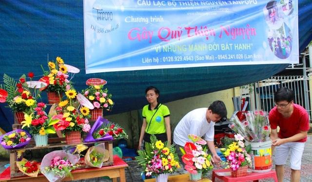 Nhiều sinh viên mở hàng hoa di động gần các trường học đê làm công tác xã hội
