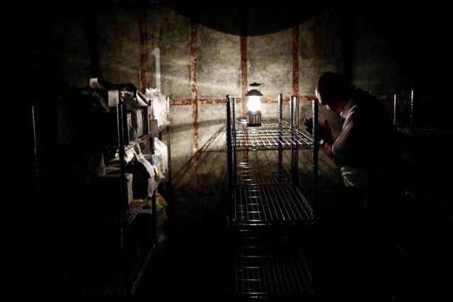 Ánh đèn leo lét bên trong một cơ sở chứa các hũ tro cốt không người nhận ở thành phố Yokosuka (Ảnh: Reuters)