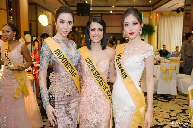 Đại diện của Việt Nam đọ sắc cùng người đẹp của Indonesia và Mỹ.