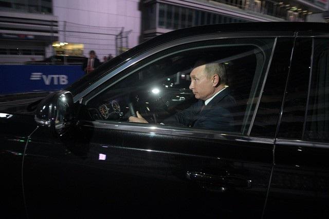 Tổng thống Putin lái siêu xe chở Tổng thống Ai Cập thăm đường đua Công thức 1 - Ảnh 3.