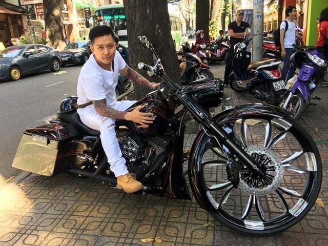 Bên cạnh siêu xe, xe sang, Tuấn Hưng còn là người đam mê xe độ và các dòng mô tô phân khối lớn, đặc biệt nổi tiếng là chiếc Ducati Diavel Cromo, giá khoảng 720 triệu đồng.