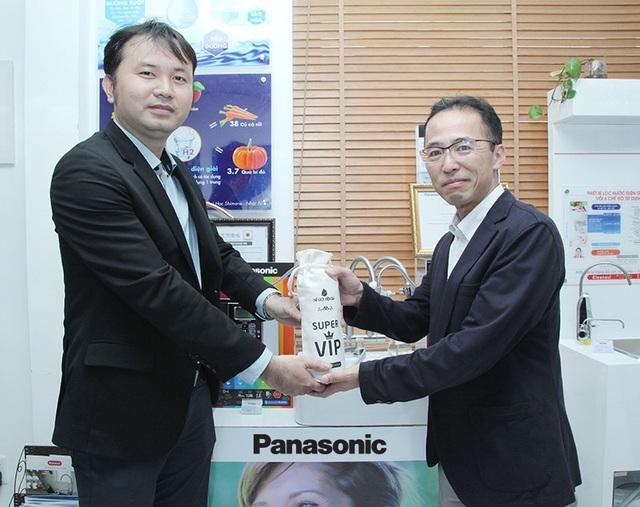 Ông Lê Thành Nhân – CEO Thế Giới Điện Giải (bên trái) trao quà lưu niệm cho Ông Hisakuni Kawaji – Tổng giám đốc ngành hàng Chăm sóc sức khỏe của Panasonic Nhật Bản (bên phải).