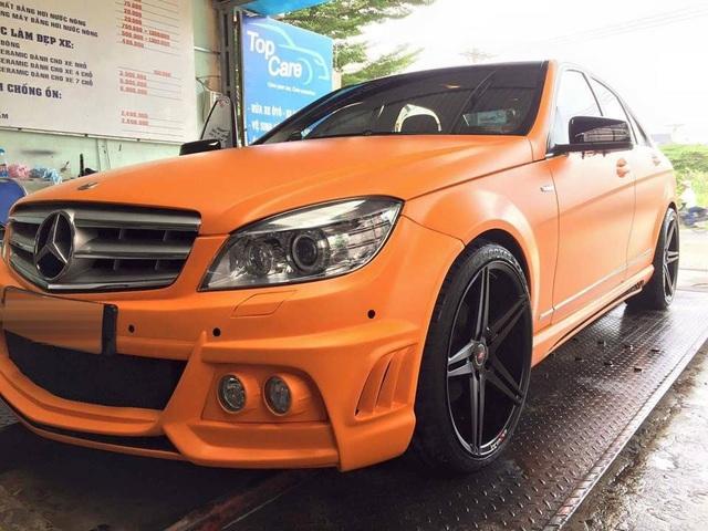 Ngoài chiếc Mercedes-Benz S400, nam ca sĩ này còn sở hữu 1 chiếc xe các của thương hiệu logo ngôi sao ba cánh. Tuy nhiên, chiếc Mercedes-Benz C200 đời cũ của Tuấn Hưng gây ấn tượng với lớp sơn ngoại thất màu cam nhám và body kit của hãng độ Wald.