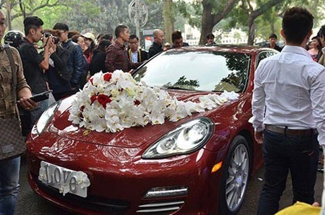 Porsche Panamera Turbo màu đỏ có giá gần 10 tỷ đồng được Tuấn Hưng sử dụng để đón dâu trong ngày cưới. Xe gây chú ý bởi màu sắc cũng như cách trang trí tinh tế.