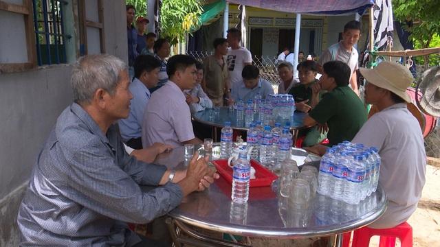 Chính quyền cùng người dân địa phương đang tổ chức an táng cho anh Thu