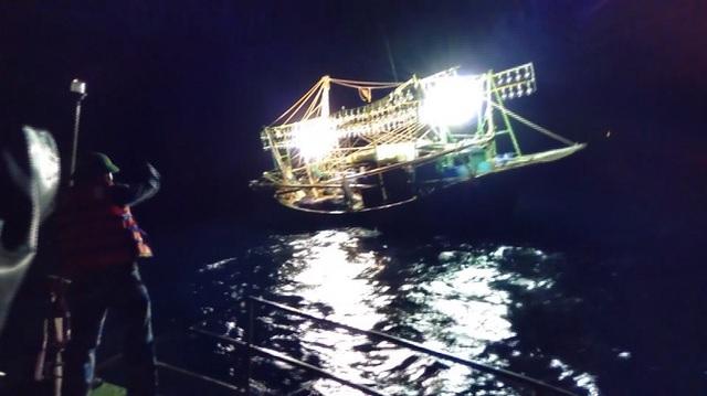 Lực lượng chức năng tiếp cận tàu cá gặp nạn.