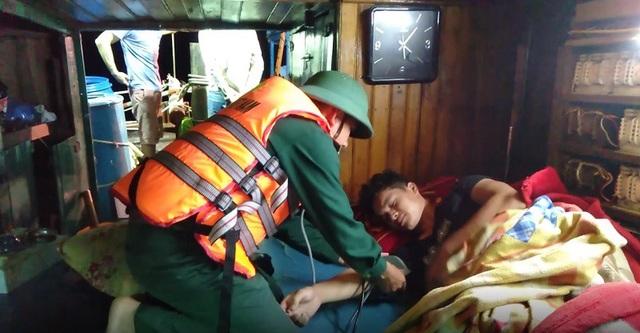 Kiểm tra sức khoẻ cho các thuyền viên tàu cá gặp nạn.