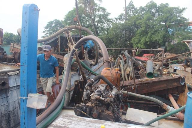 Hệ thống máy bơm và vòi hút khủng được trang bị trên các thuyền để hút cát trộm.