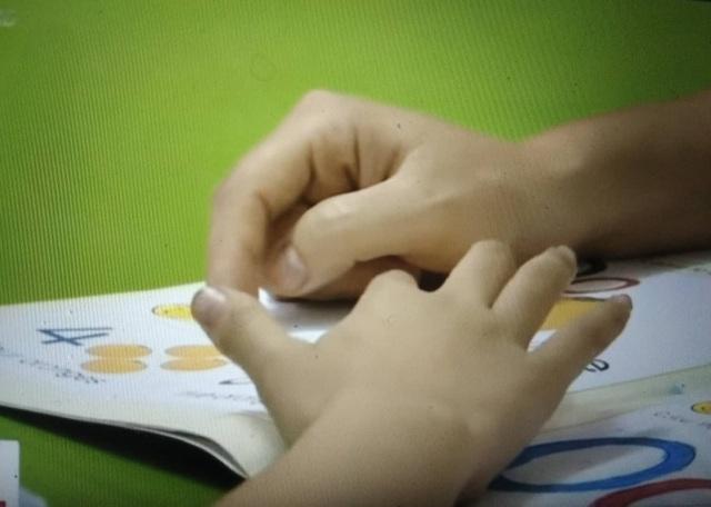 Có thể có tình trạng trẻ bị sang chấn tâm lý nếu ép buộc trẻ học ngoại ngữ không đúng cách. (Ảnh: vtv).