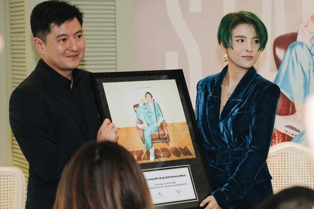 Ông Kenny cũng đại diện trao tặng Vũ Cát Tường một chứng nhận kỷ niệm công nhận cô đã là một thành viên của tổ chức quốc tế này. Vũ Cát Tường chính thức có cơ hội tiến ra thị trường âm nhạc châu Á và không loại trừ khả năng sẽ có cơ hội tiếp cận thị trường rộng lớn hơn.
