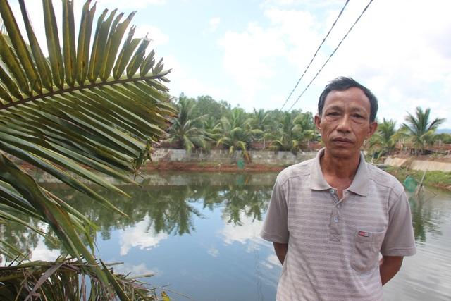 Nông dân Võ Tuấn Tú bên hồ nuôi chình và bống tượng cho thu nhập hàng trăm triệu đồng mỗi năm.